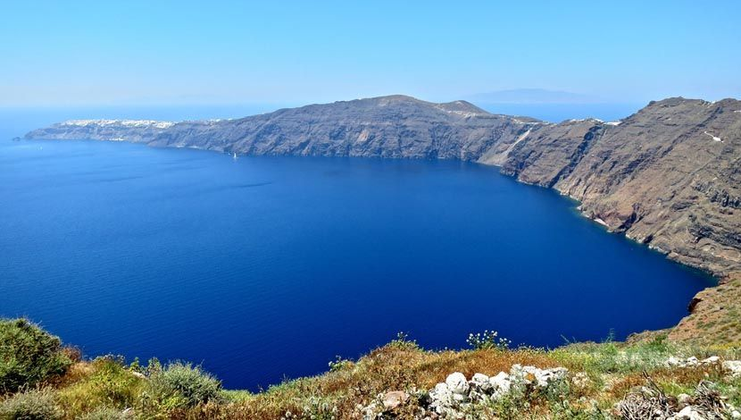Shows the views of Santorini from a hiking spot