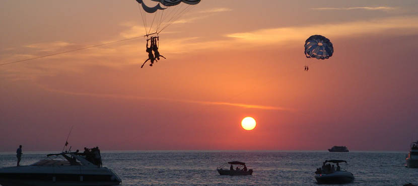 Spanish holiday island excursions - Couple paragliding