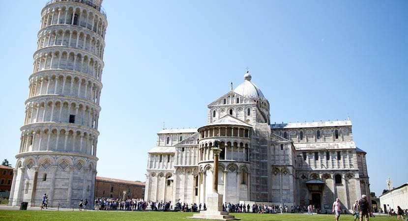 Shows the leaning Tower of Pisa