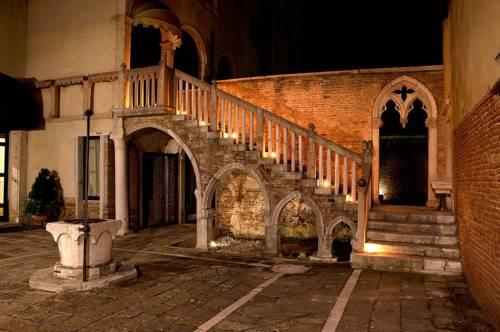Cheap Venice Hotels - Palazzo Contarini courtyard