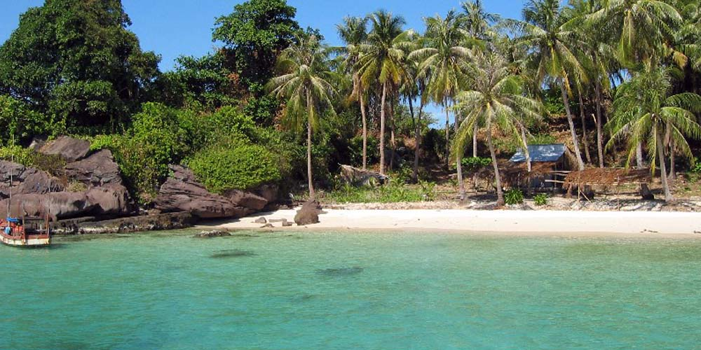 Vietnam two week itinerary - Shows a quiet beach on Phu Quoc