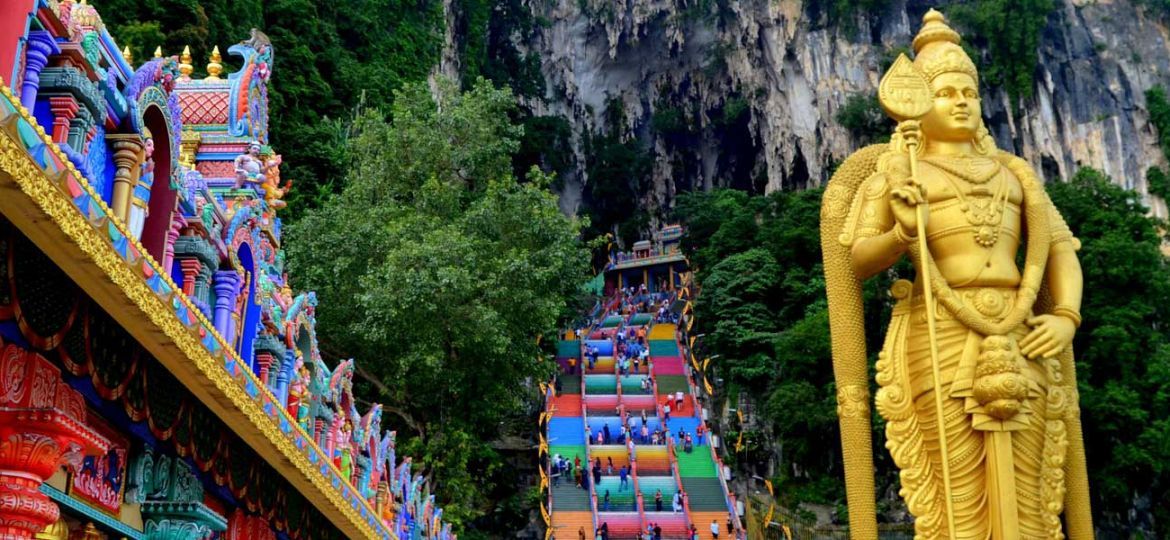 2 week Malaysia itinerary - Shows the Batu Caves golden statue