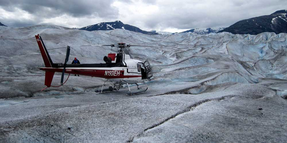Iceland tours and excursions - Shows a mountain helicopter
