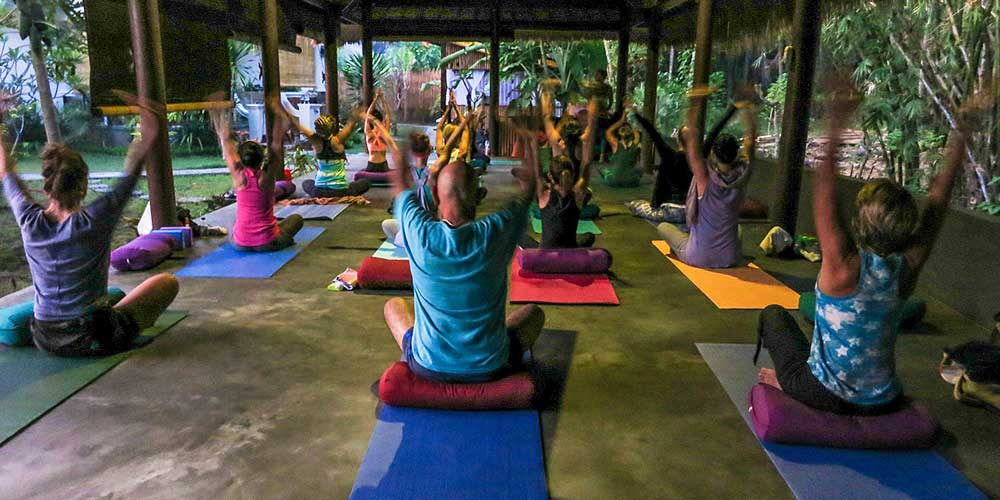Bali yoga - Shows a yoga class in Ubud