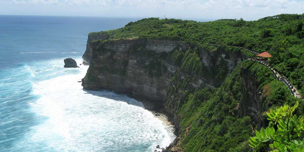 Where to stay in Bali - shows the impressive cliffs of Uluwatu