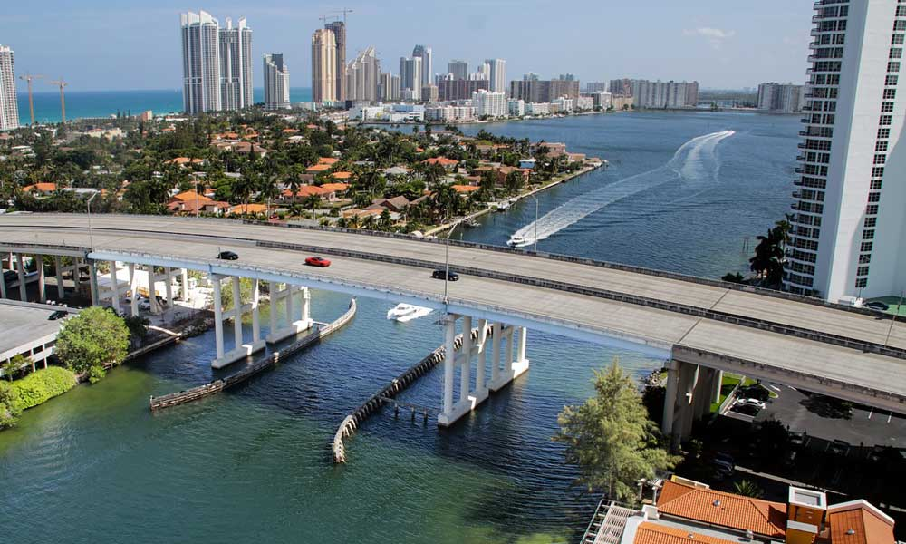 Miami day trips and excursions - depicts the skyline of Miami with buildings and the ocean