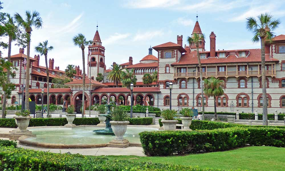 St Augustine Florida day trips and excursions - depicts Spanish colonial building