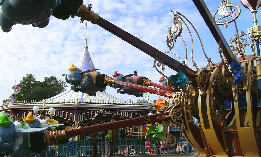 Orlando 2 week itinerary with theme parks - depicts Dumbo the Flying Elephant ride