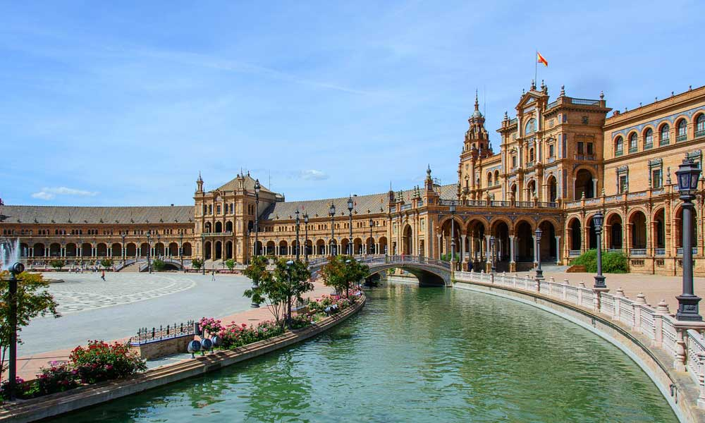 Depicts stunning architecture of Sevilla - Albufeira day-trip ideas