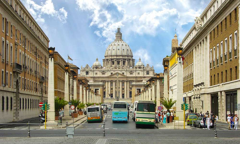 Getting around in Rome - Shows buses alongside a monument
