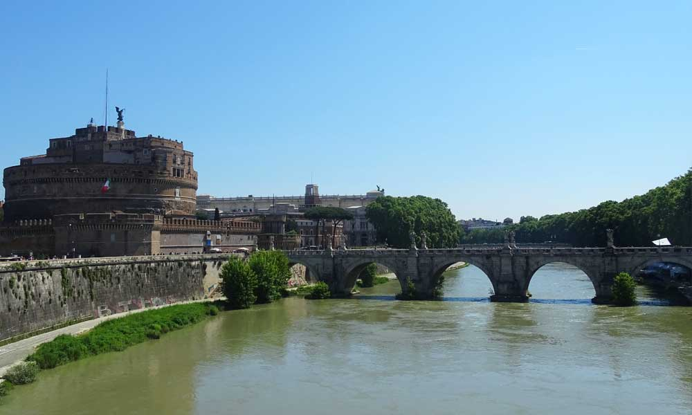 Rome cruise guide - Shows the view of Castel Sant'Angelo in Rome