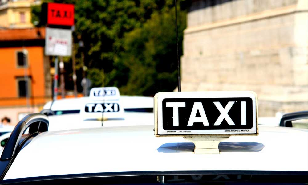 Transport advice for Rome - Shows white Roman taxis