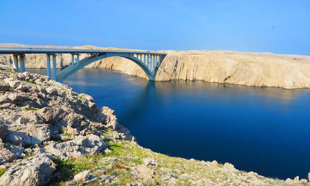 Shows a scenic bridge in Croatia - Rental guide