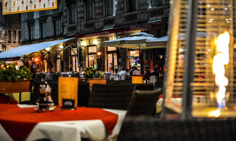 Shows Split restaurant at night - Eating out tips