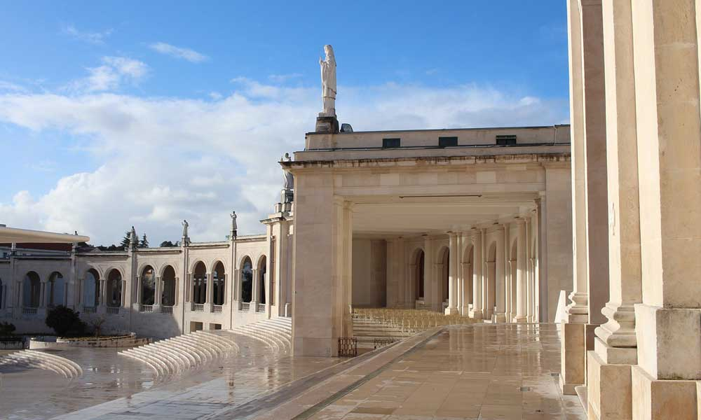 Shows Fatima church - Lisbon excursions