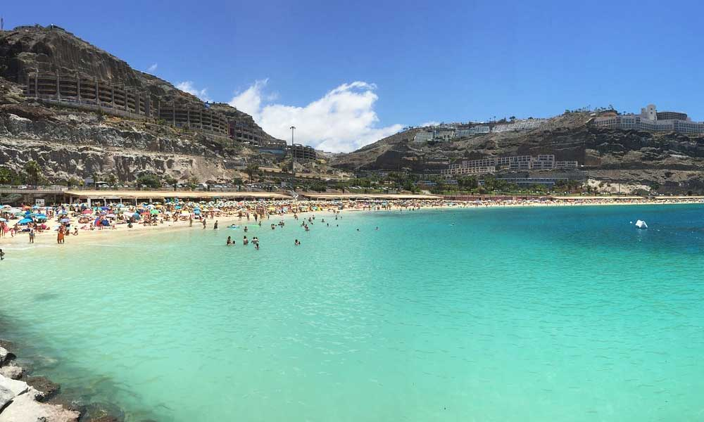 Where to go on holiday in November - Shows a beach in Gran Canaria