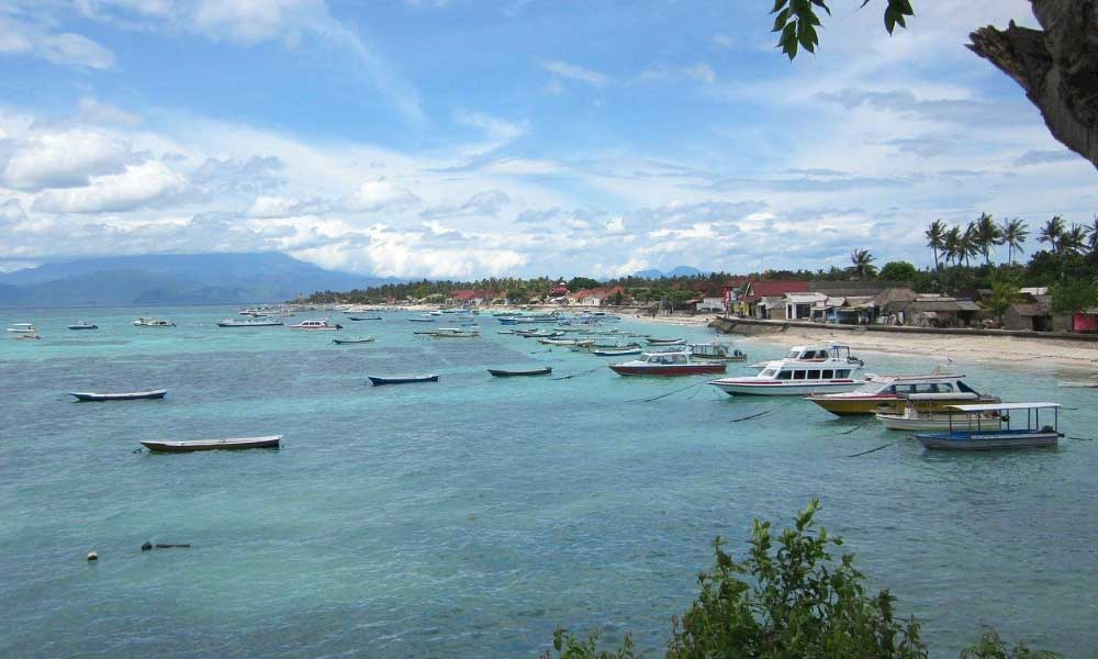 Bali and Lombok itinerary - Shows a beach and boats on Lombok island