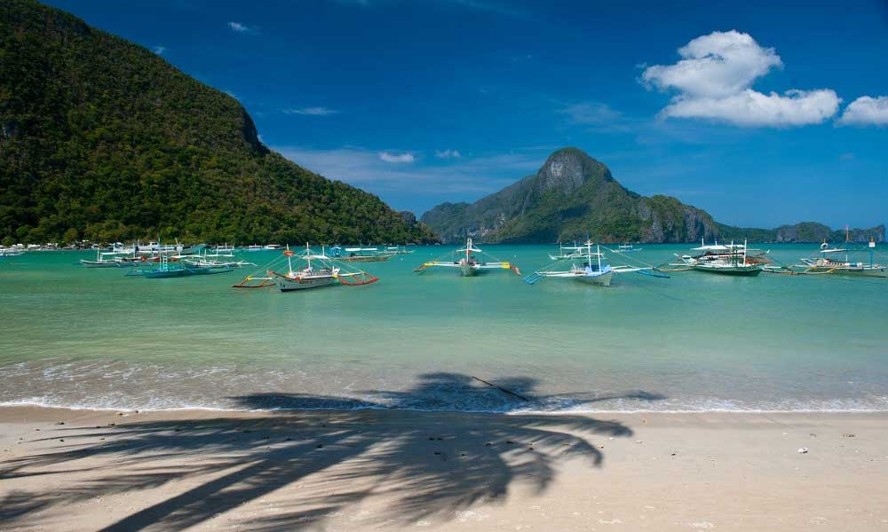 Shows a turquoise beach in the Philippines - Budget honeymoon destinations