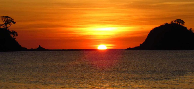 El Nido nightlife - The best El Nido bars - Shows a sunset on the beach