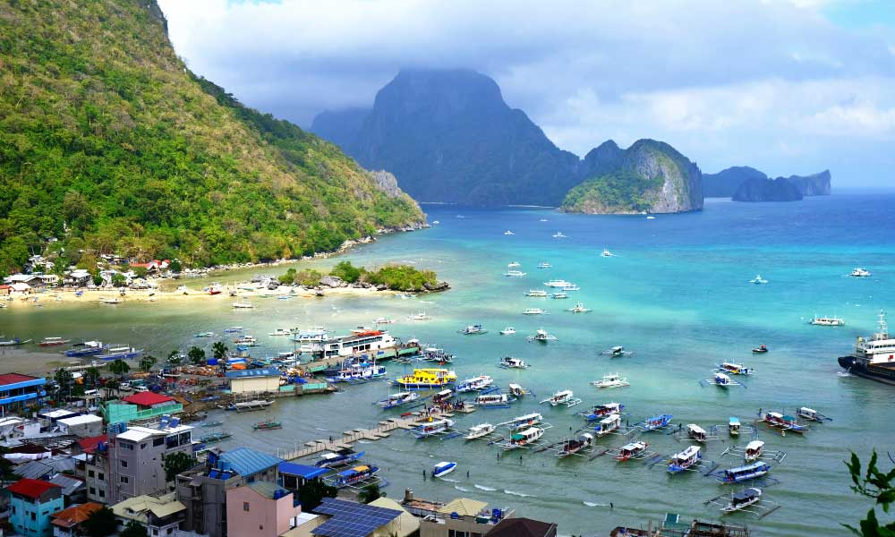 How to get to El Nido - Shows El Nido town and beach from above