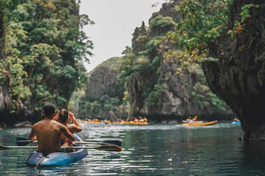 Shows a couple kayaking in Small Lagoon - Things to do in El Nido