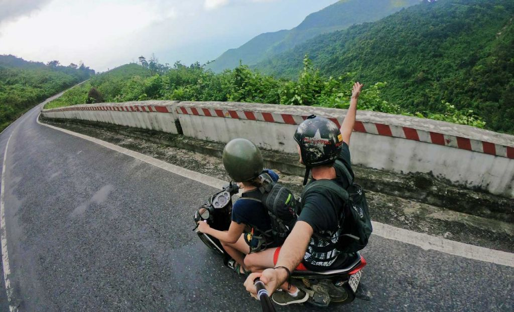 Couples travel tips - Shows a couple on a moped