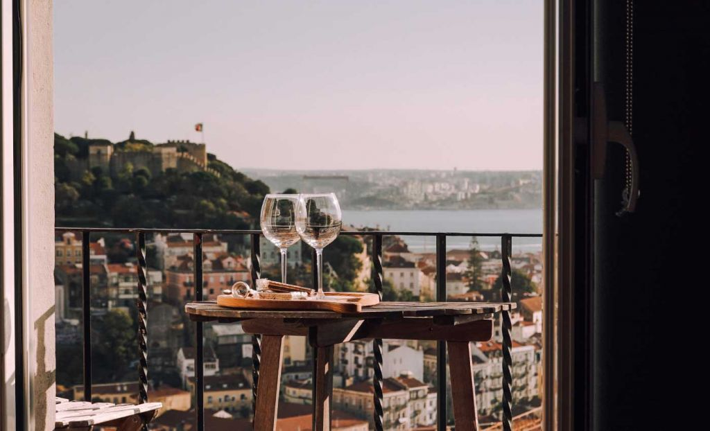 Couples travel tips - Shows two glasses of wine on a balcony
