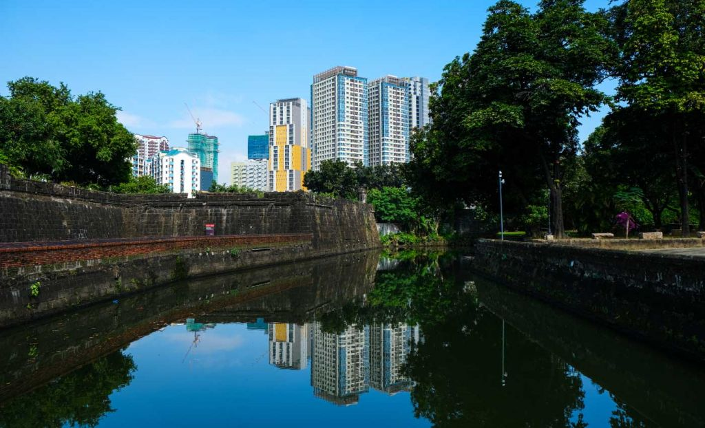 Top tips for a layover in Manila - Shows city skyline on river