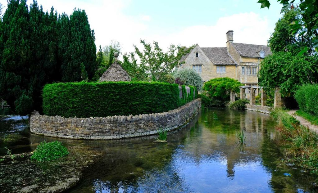 Places to visit in the Cotswolds - Shows a river in Bourton-on-the-Water