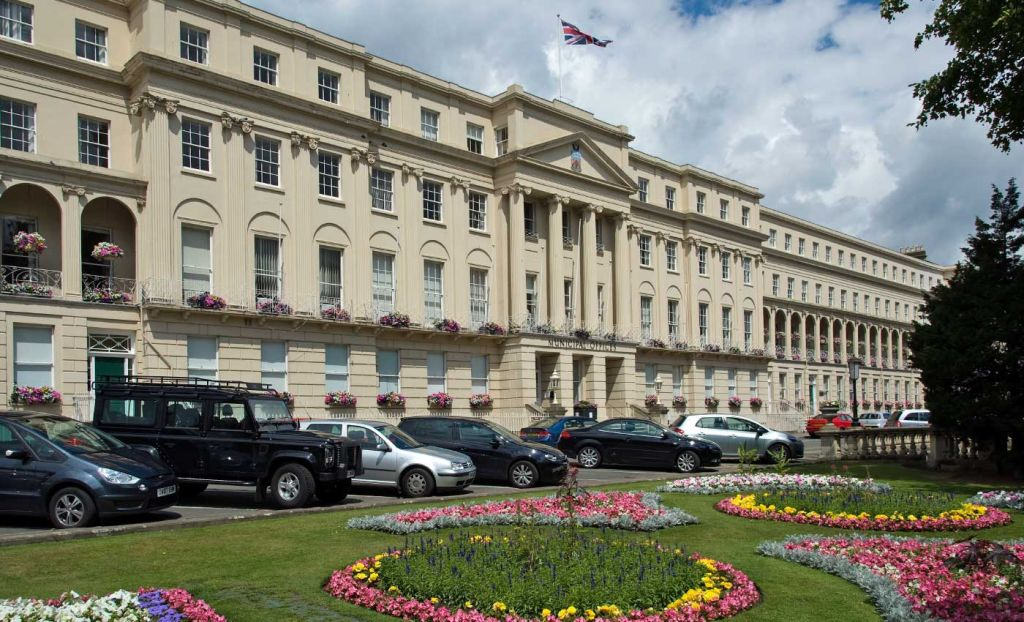 Where to stay in the Cotsowlds - Beautiful building in Cheltenham town