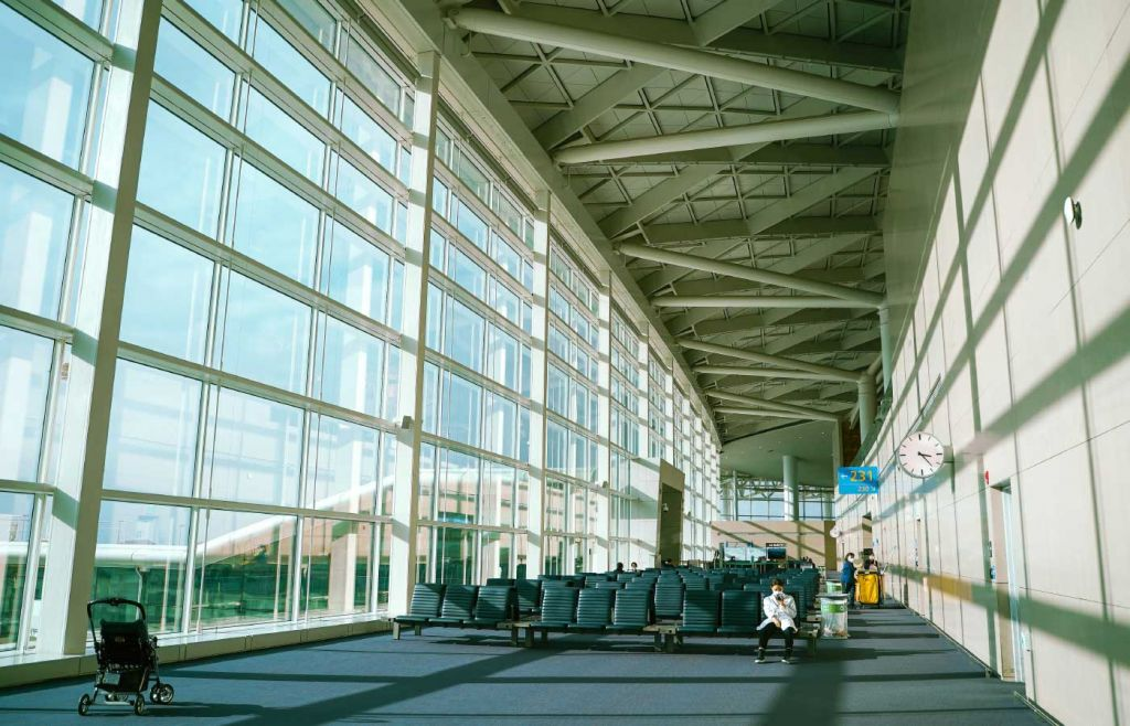 Shows an empty airport terminal