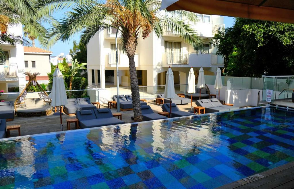 Shows the swimming pool of the King Jason hotel