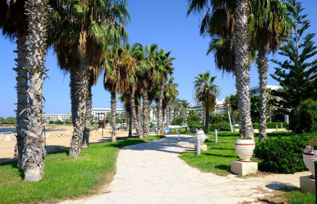 Paphos travel guide - Promenade beach walkway