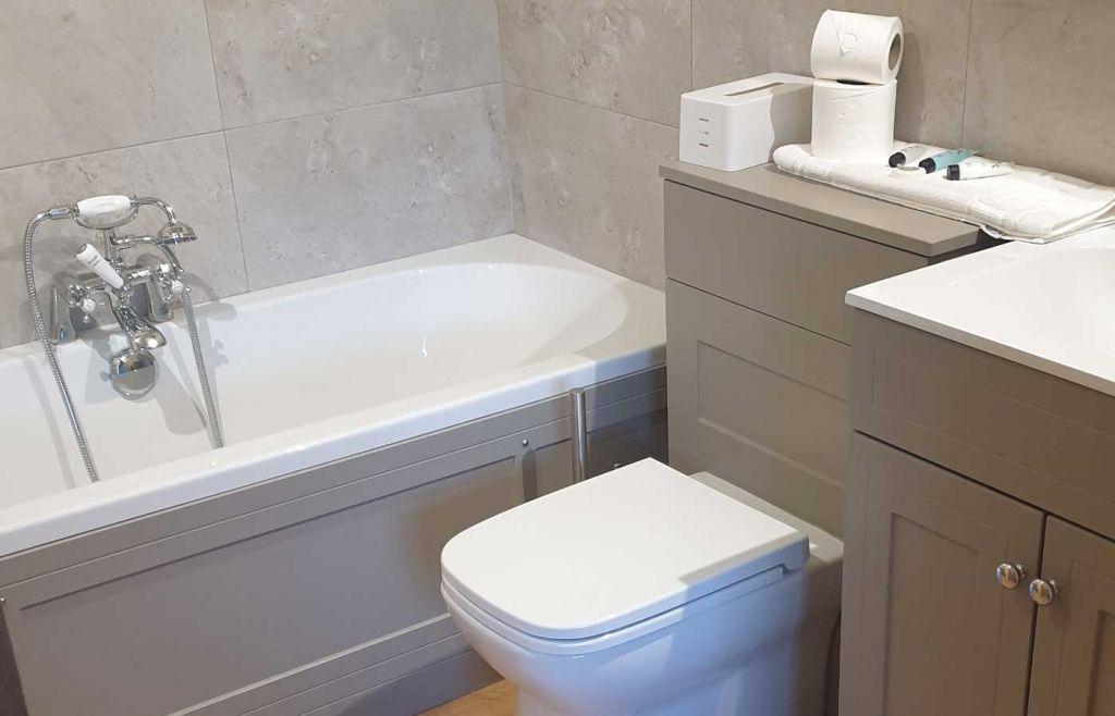 En-suite bathroom at Cedar Retreats West Tanfield