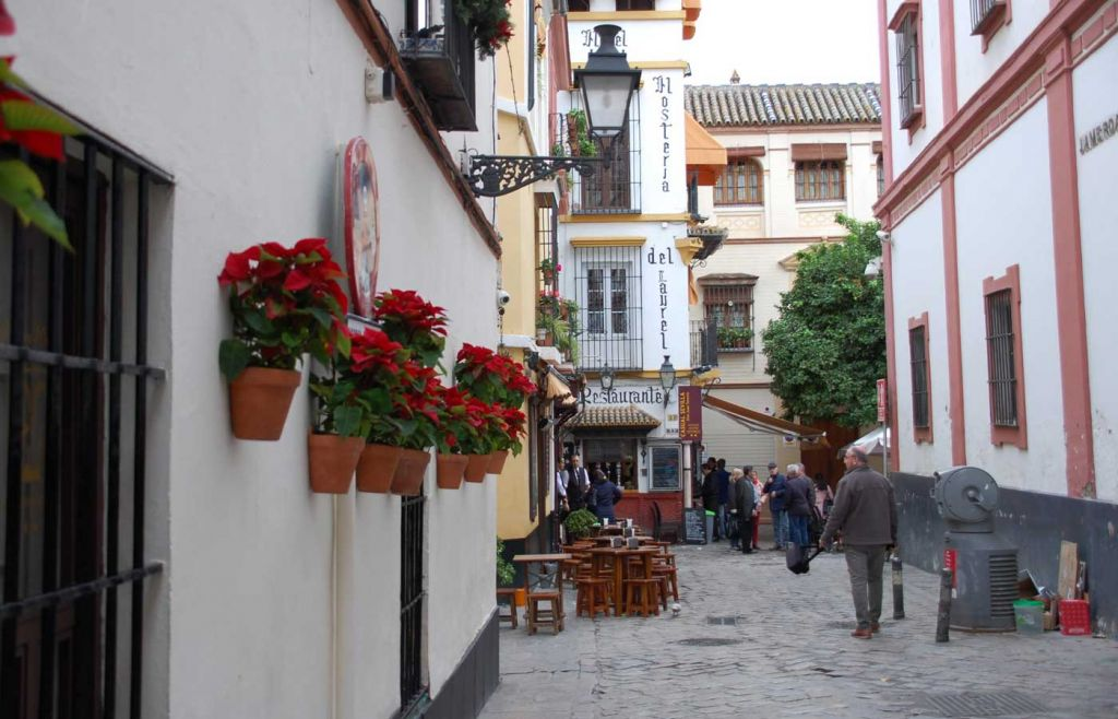 Advice for living abroad in a foreign country - Quaint street in Seville