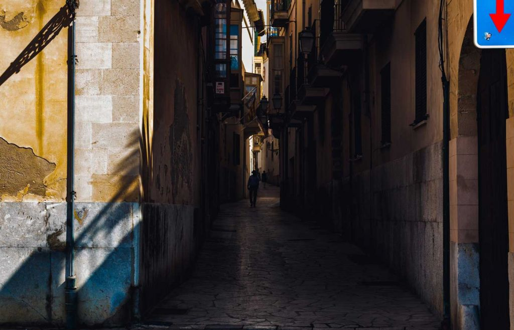 Tips for living abroad - Shows a dark alleyway