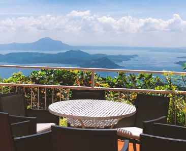 Shows an apartment balcony in an exotic country - Tips for living abroad