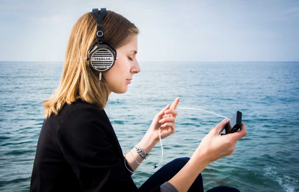 Tips for learning Spanish like a pro - Shows a girl listening to a podcast