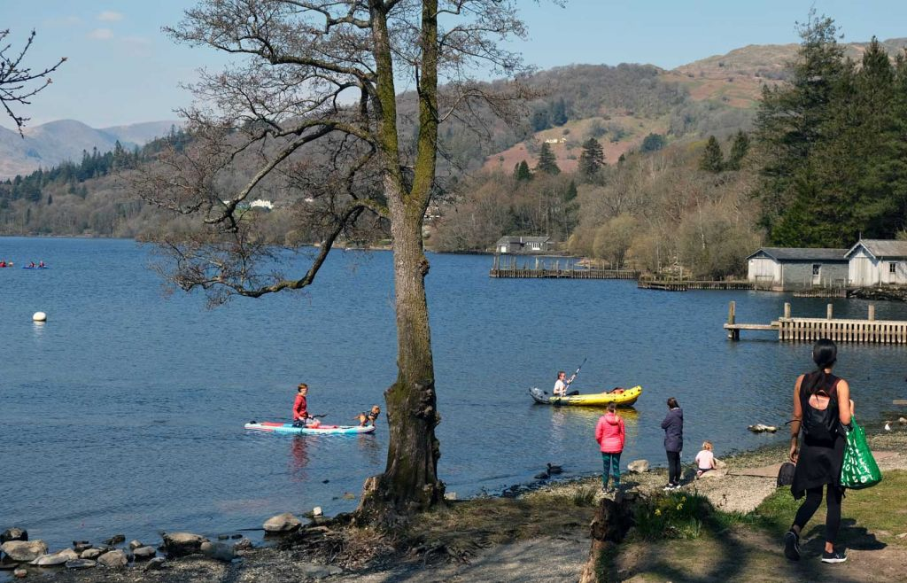 Things to do in Windermere - Shows kids kayaking on the lake