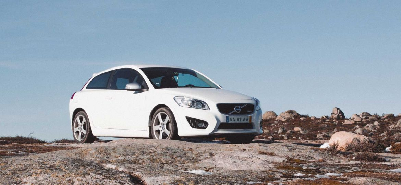 Algarve car hire guide - Shows a white car on a mountain